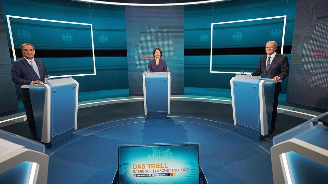 (09.13) (Từ trái sang phải) Ông Armin Laschet, bà Annalena Baerbock và ông Olaf Scholz trước cuộc tranh luận trực tiếp trên truyền hình hôm 29/8/2021. (Nguồn: AP)