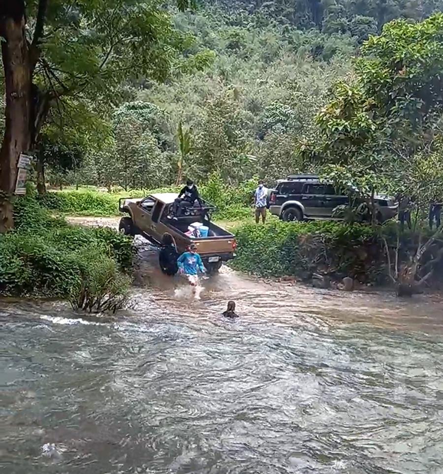 Mọi người giúp cô gái vào bờ an toàn