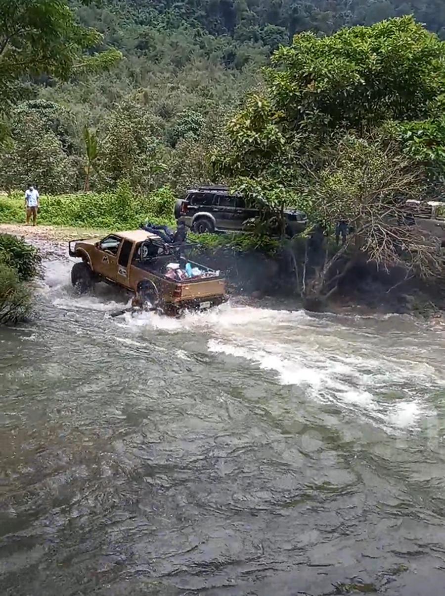 Cô gái bị hất xuống sông do ngồi chênh vênh trên xe off-road