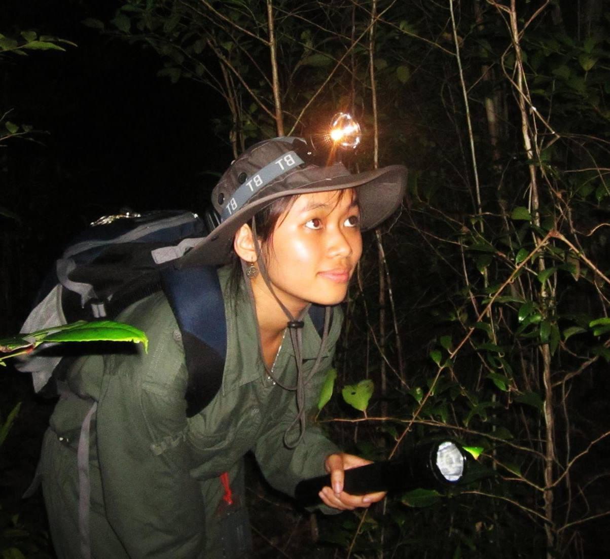 Nguyễn Thị Thu Trang đang trong chuyến khảo sát tại thực địa. Ảnh: NVCC