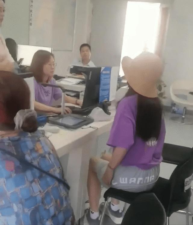 Lộ ảnh Triệu Vy trở về quê nhà sau biến cố phong sát-3