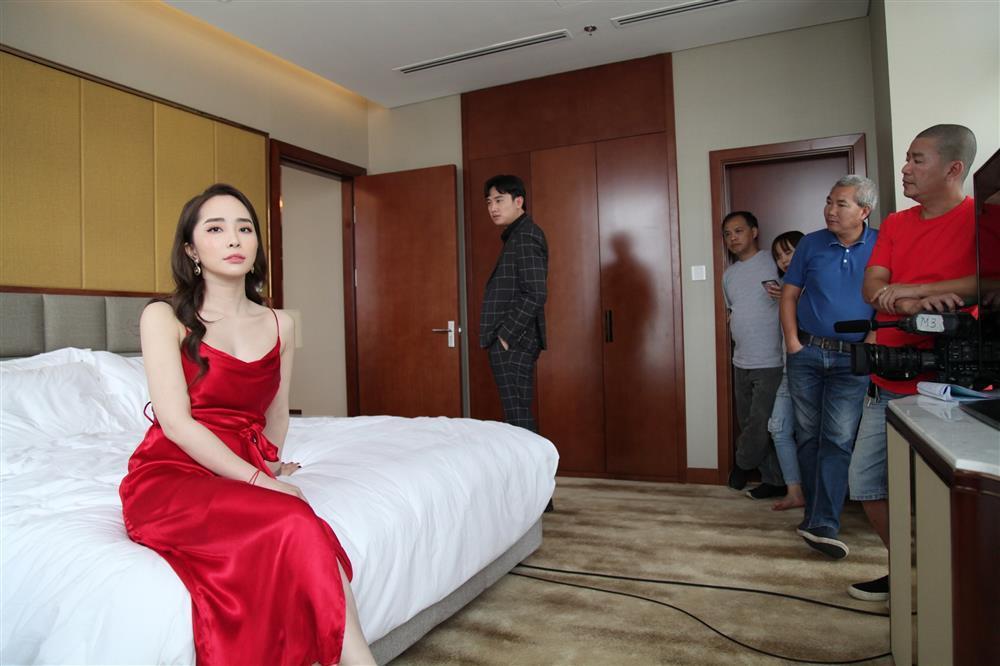Quỳnh Nga - Hồng Diễm cho Phương Oanh hít khói khi mặc đồ ngủ lụa-1