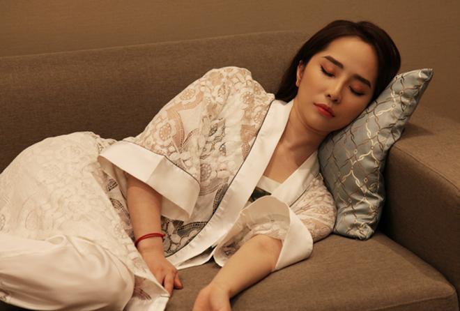 Quỳnh Nga - Hồng Diễm cho Phương Oanh hít khói khi mặc đồ ngủ lụa-5