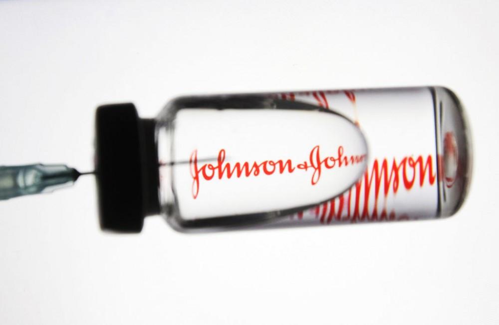 """Vaccine Covid-19 của Johnson & Johnson dính """"phốt"""" liên quan đến gây đông máu ở người được tiêm chủng. (Nguồn: SOPA)"""