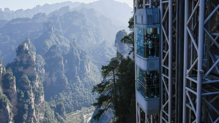 Thang máy trong suốt giữa vách núi khiến du khách phải 'thót tim' - 3