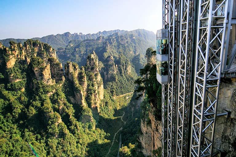 Thang máy trong suốt giữa vách núi khiến du khách phải 'thót tim' - 6