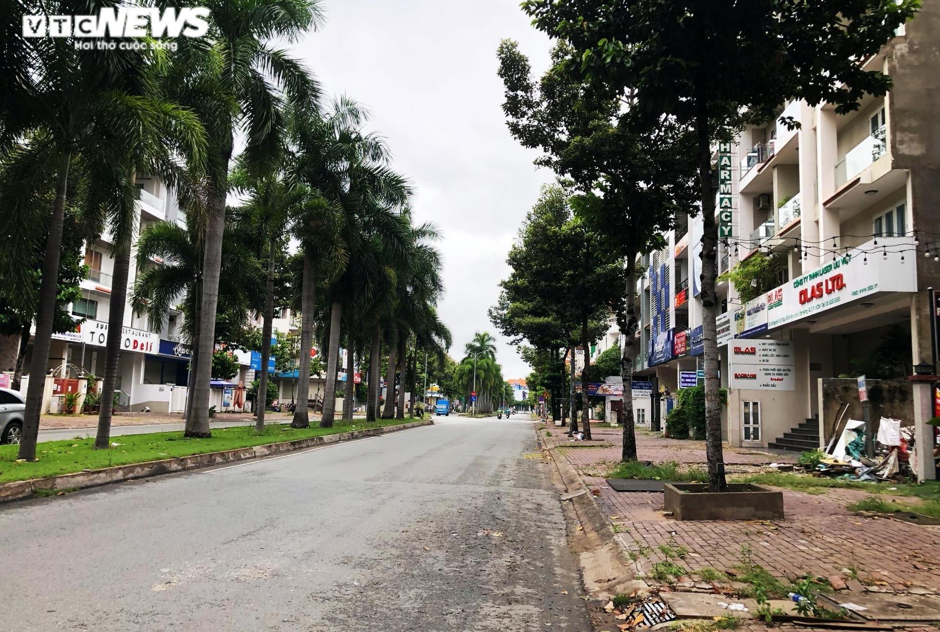 TP.HCM: Người dân quận 7 dè dặt ra đường trong ngày đầu thí điểm mở cửa trở lại - 1