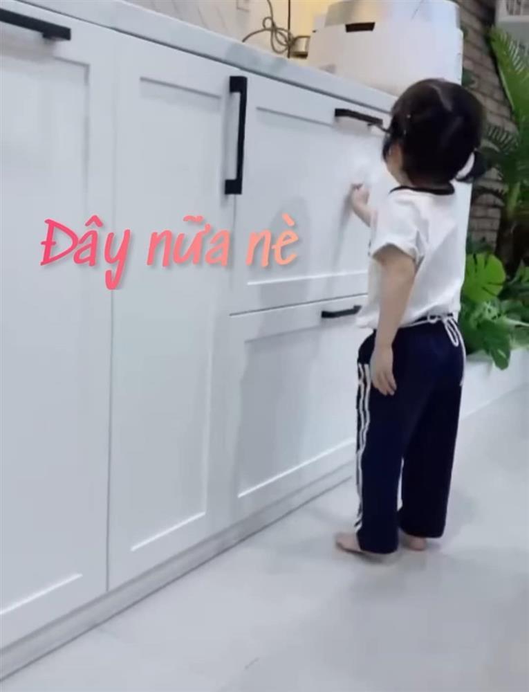 Con gái Trường Giang lộ mặt cute, làm việc nhà thoăn thoắt-1
