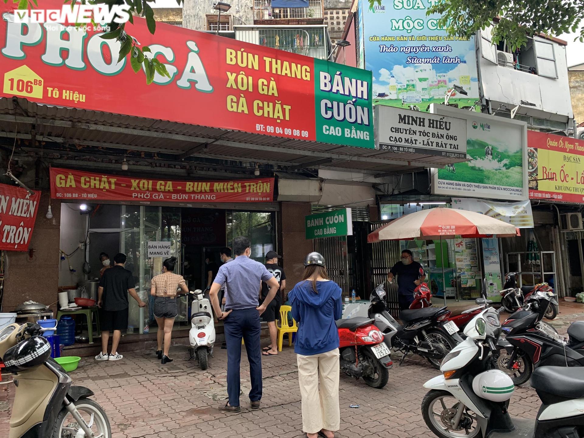 Khách Hà Nội xếp hàng chờ sửa xe, mua phở trong ngày đầu hàng quán mở cửa lại - 2