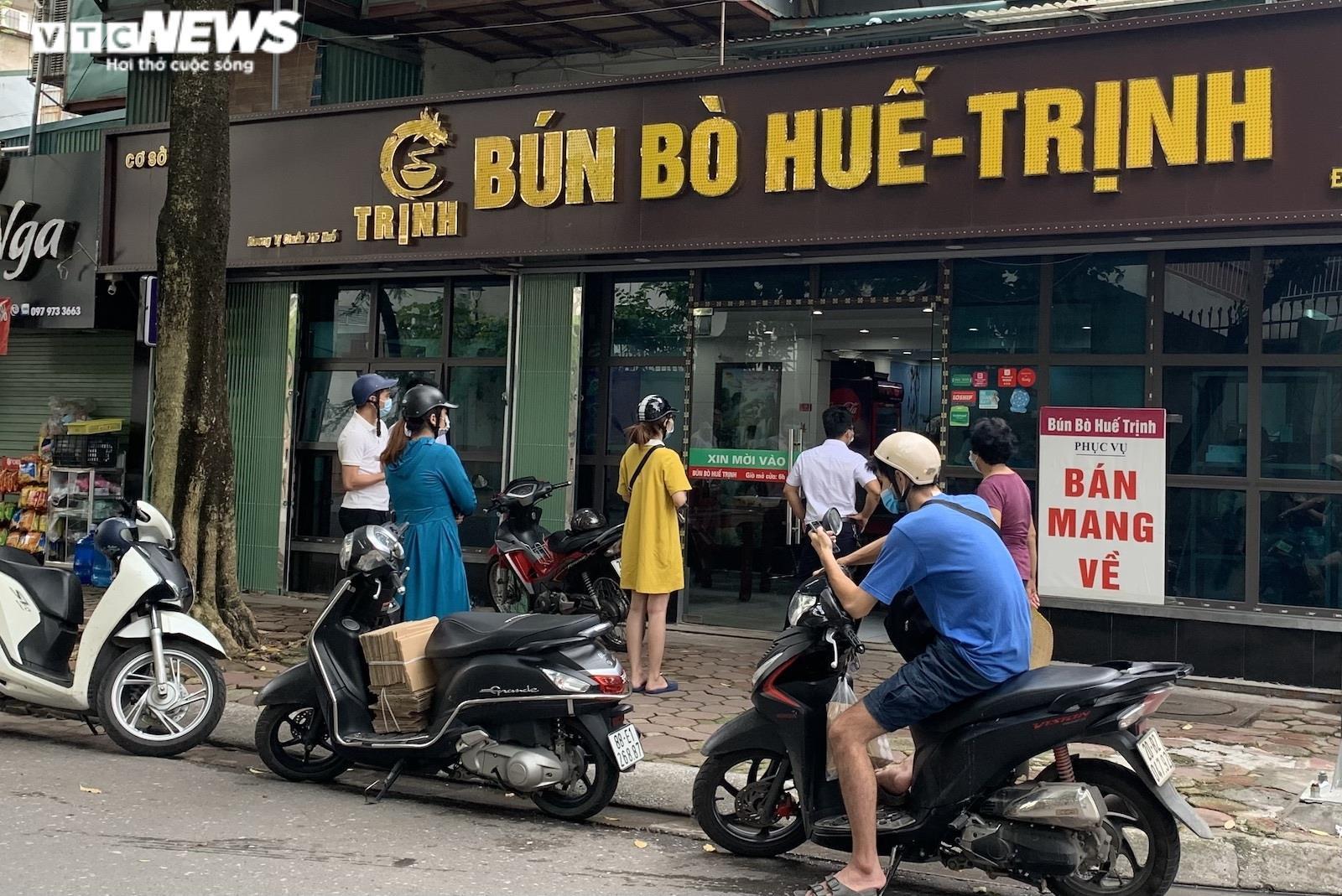 Khách Hà Nội xếp hàng chờ sửa xe, mua phở trong ngày đầu hàng quán mở cửa lại - 3