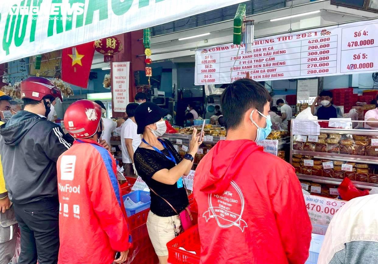 Ảnh: Nhiều người chen chúc mua bánh Trung thu ở TP.HCM - 6
