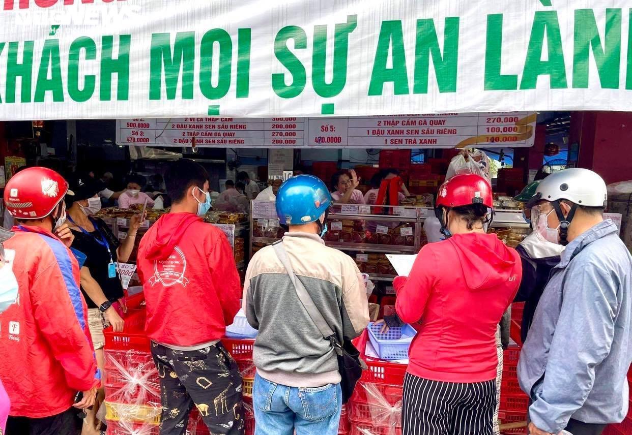 Ảnh: Nhiều người chen chúc mua bánh Trung thu ở TP.HCM - 8
