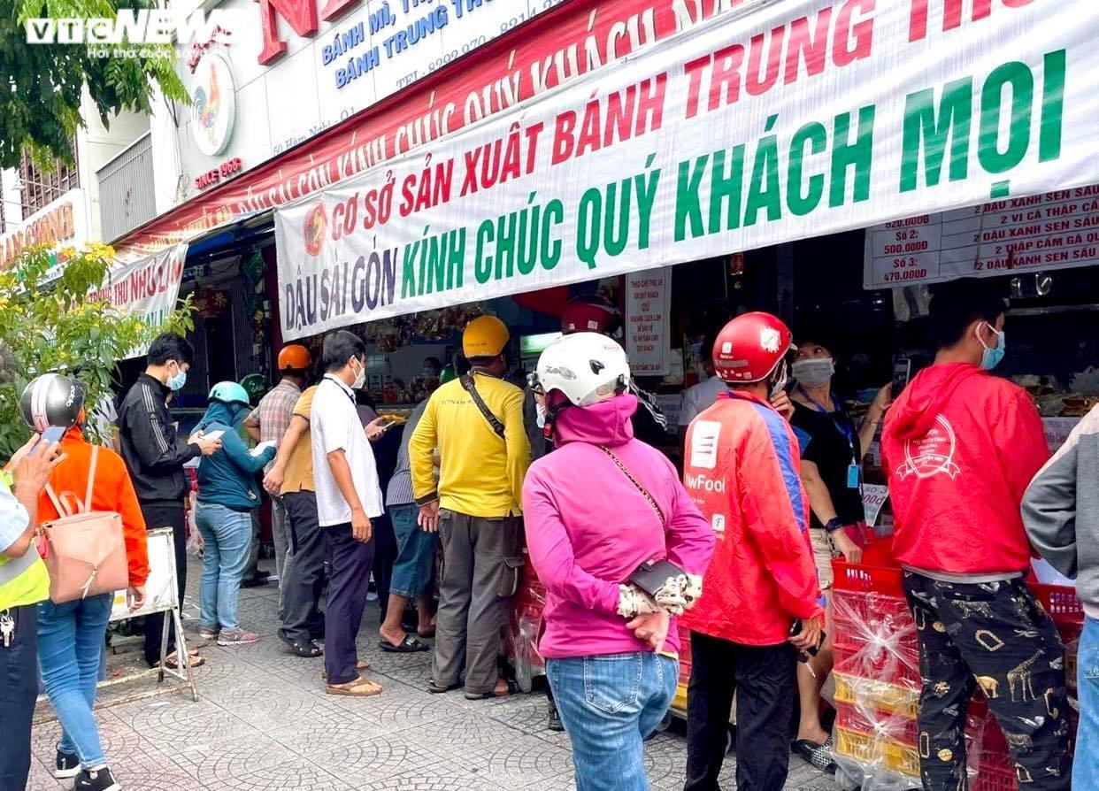 Ảnh: Nhiều người chen chúc mua bánh Trung thu ở TP.HCM - 4