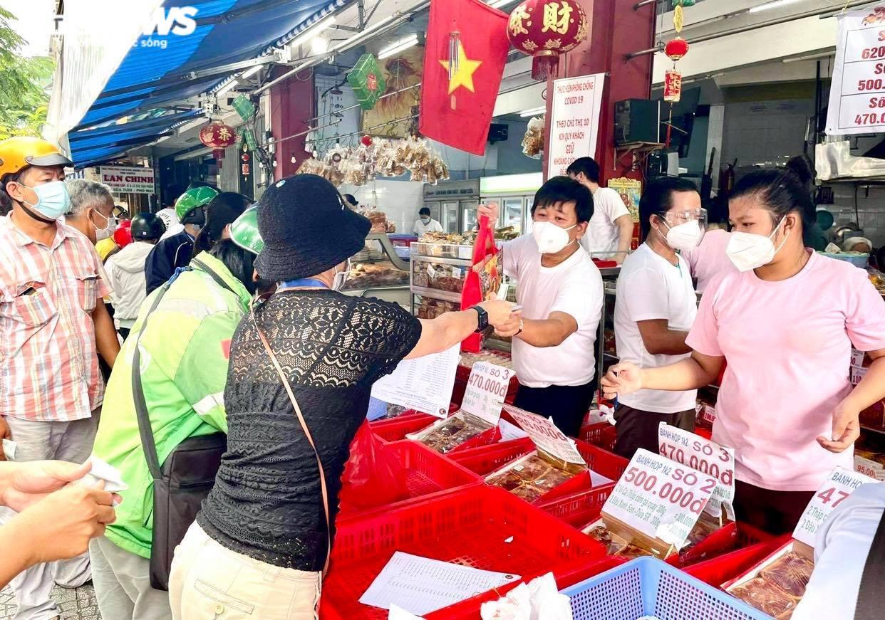 Ảnh: Nhiều người chen chúc mua bánh Trung thu ở TP.HCM - 7