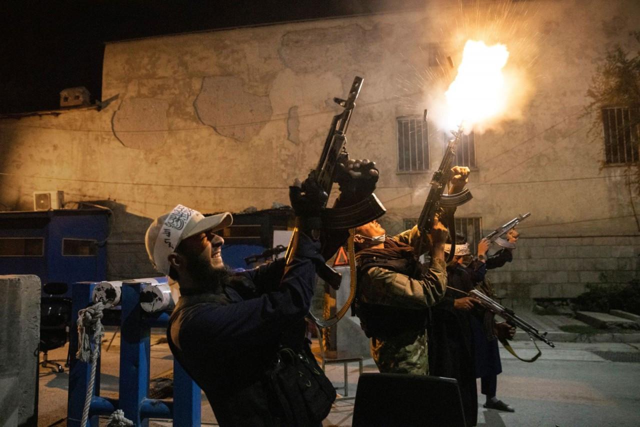 Các chiến binh Taliban ở Kabul, Afghanistan, xả súng ăn mừng sau khi nhận được thông báo chưa được xác nhận rằng tỉnh Panjshir đã thất thủ vào tay lực lượng này, ngày 3/9. Panjshir là địa phương cuối cùng trong số 34 tỉnh của Afghanistan còn chống lại Tal
