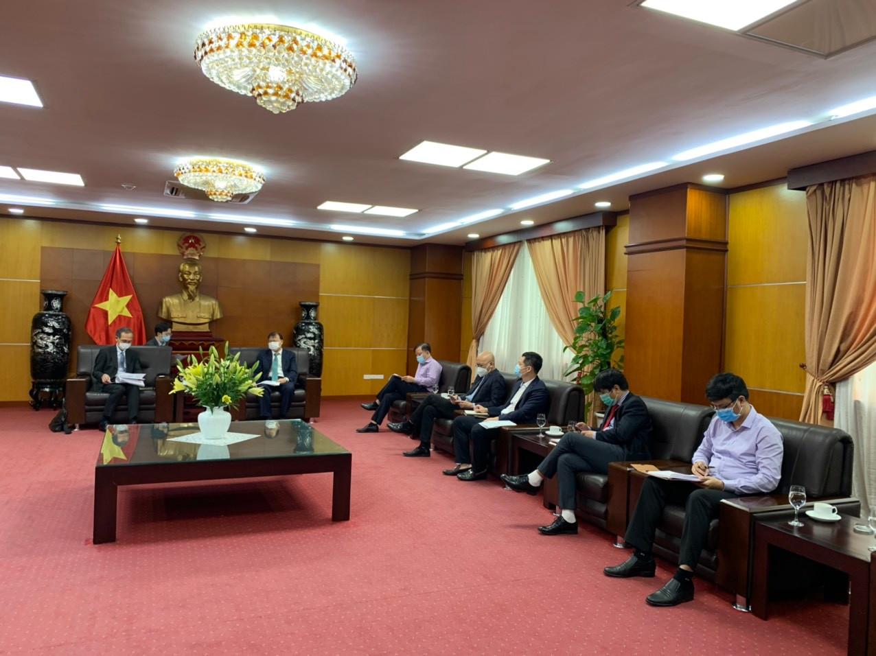 Thứ trưởng Bộ Công Thương Đỗ Thắng Hải (bên phải) làm việc với Tổng Giám đốc Toyota Việt Nam Hiroyuki Ueda (bên trái)