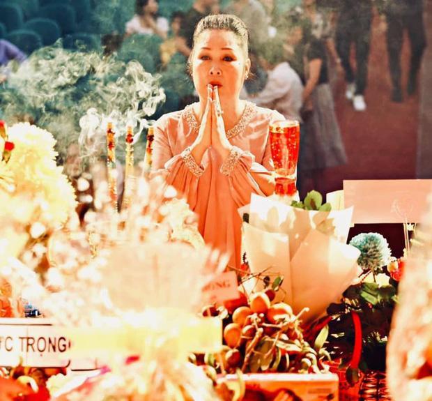 Hồng Vân bị khui lùm xùm quảng cáo đúng ngày Giỗ tổ sân khấu-2