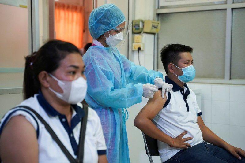 Tiêm vaccine Covid-19 tại Phnom Penh, Campuchia, ngày 12/8/2021. (Nguồn: Reuters)