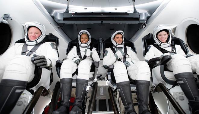 Là kỳ phùng địch thủ của nhau, nhưng SpaceX của Elon Musk vừa đạt một thành tích làm cả Jeff Bezos cũng phải ngả mũ kính phục - Ảnh 1.