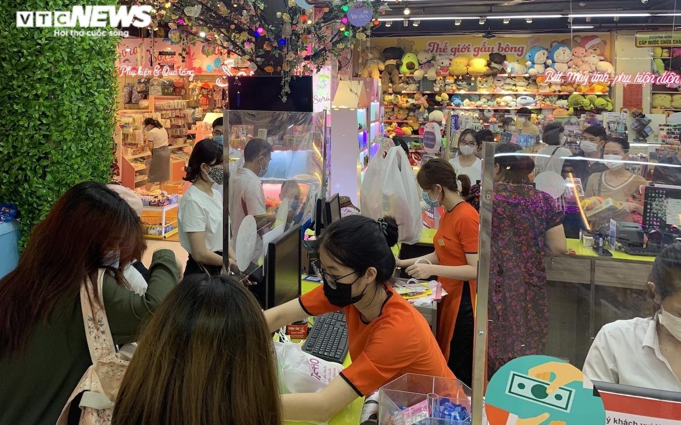 Hiệu sách ở  Hà Nội mở cửa, chật cứng phụ huynh mua đồ dùng học tập cho con - 1