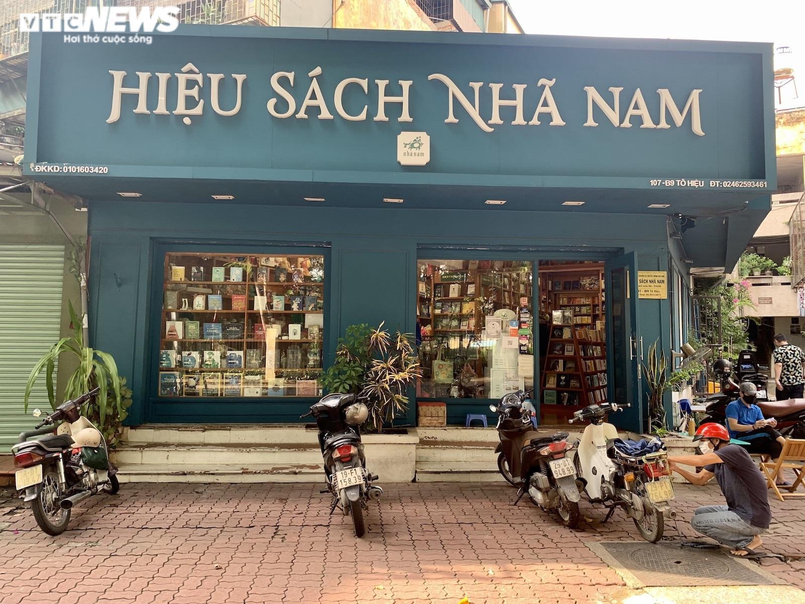 Hiệu sách ở  Hà Nội mở cửa, chật cứng phụ huynh mua đồ dùng học tập cho con - 3