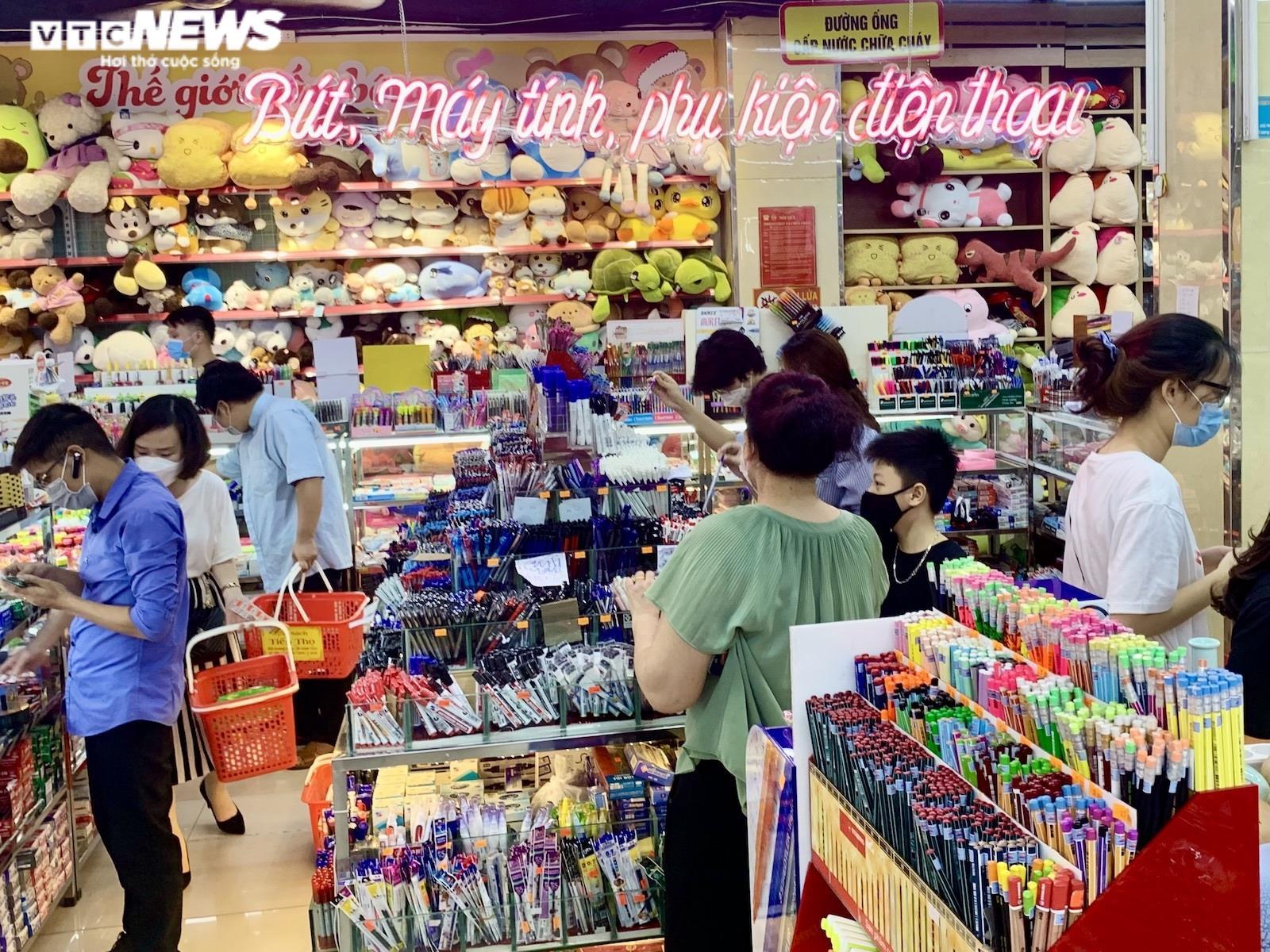 Hiệu sách ở  Hà Nội mở cửa, chật cứng phụ huynh mua đồ dùng học tập cho con - 2