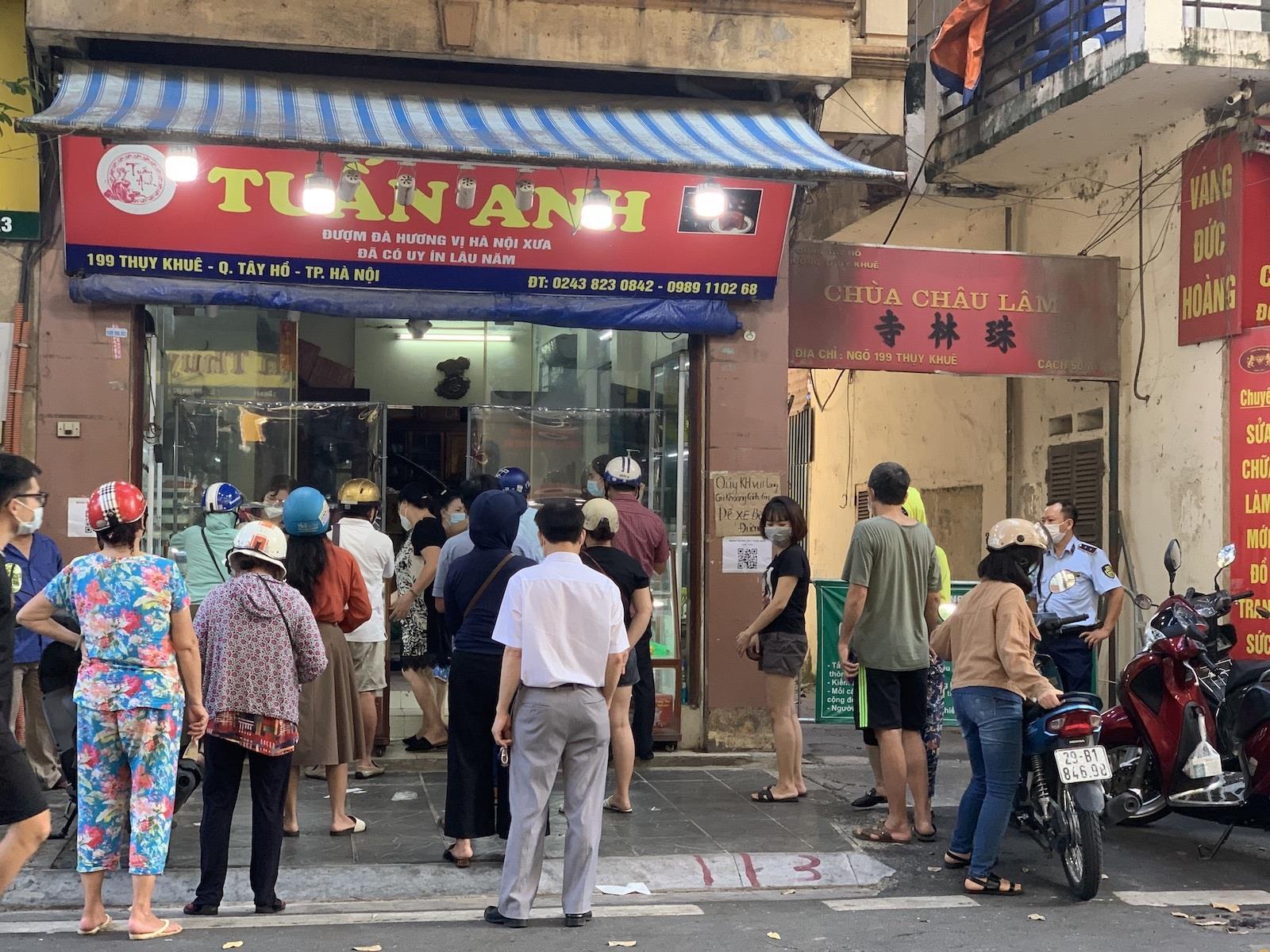 Bánh trung thu cận Rằm tháng 8: Nơi xếp hàng chờ mua, nơi không một bóng khách - 2
