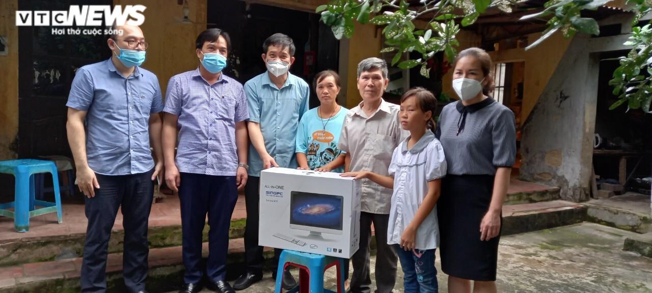 UBND tỉnh Bắc Ninh tặng máy tính cho học sinh khó khăn  - 1