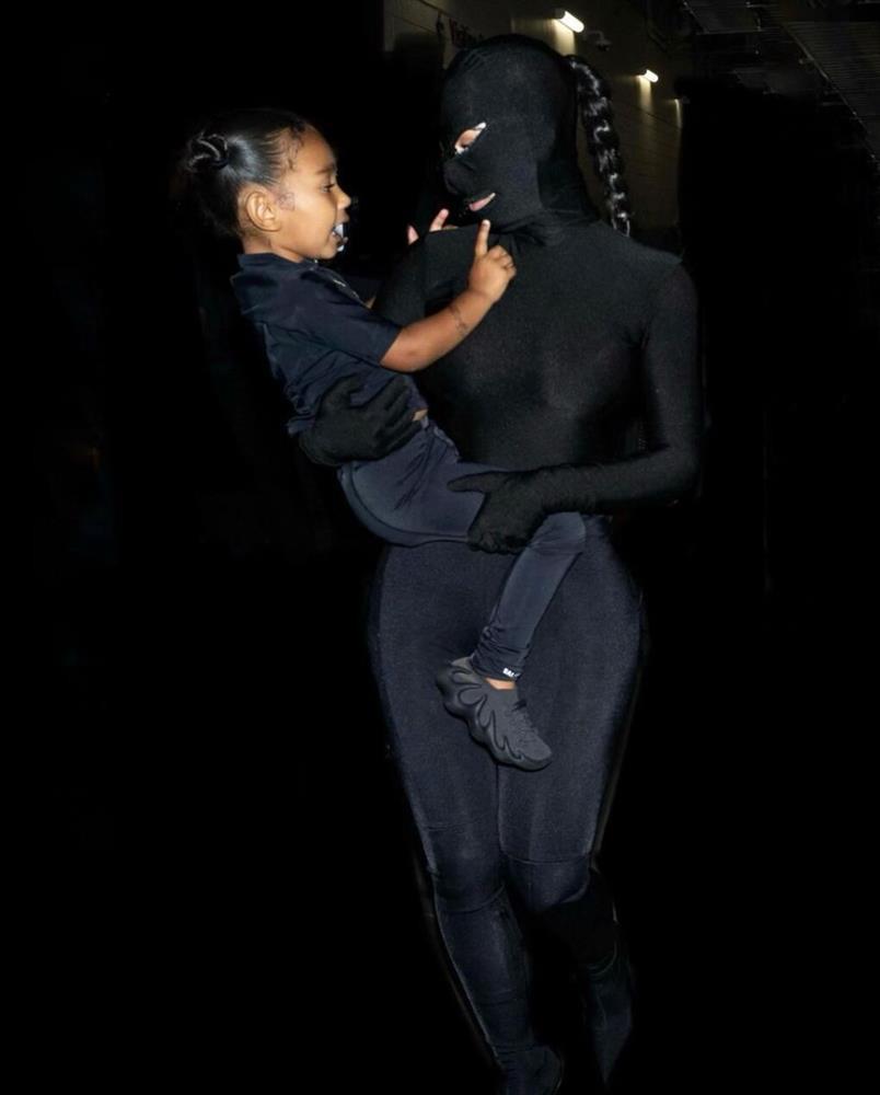 Chán khoe da thịt, Kim Kardashian đổi style kín mít không kẽ hở-8