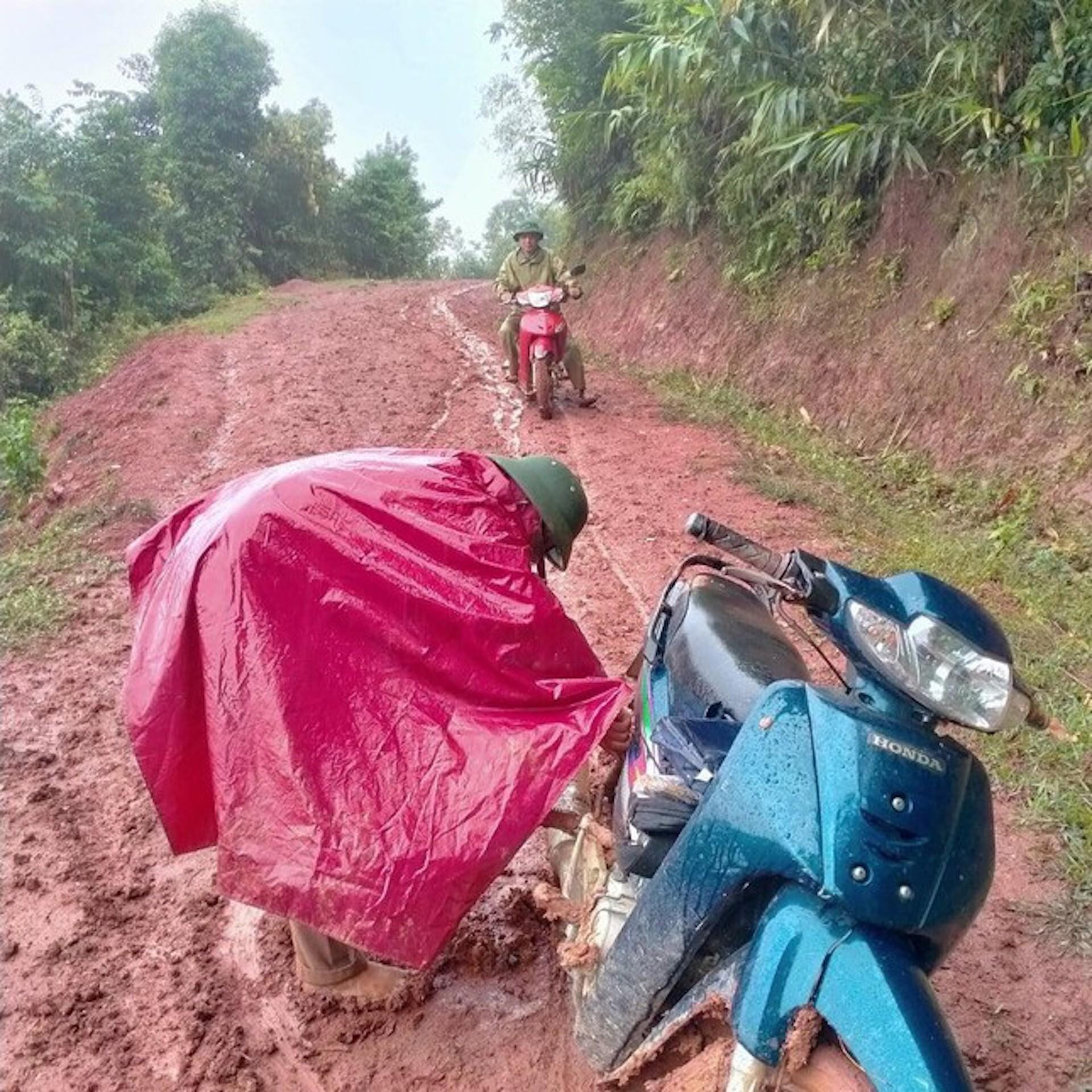 Thầy cô lội bùn lầy, vượt hàng chục km vào bản gọi học sinh đến lớp - 2