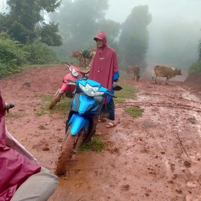 Thầy cô lội bùn lầy, vượt hàng chục km vào bản gọi học sinh đến lớp - 1
