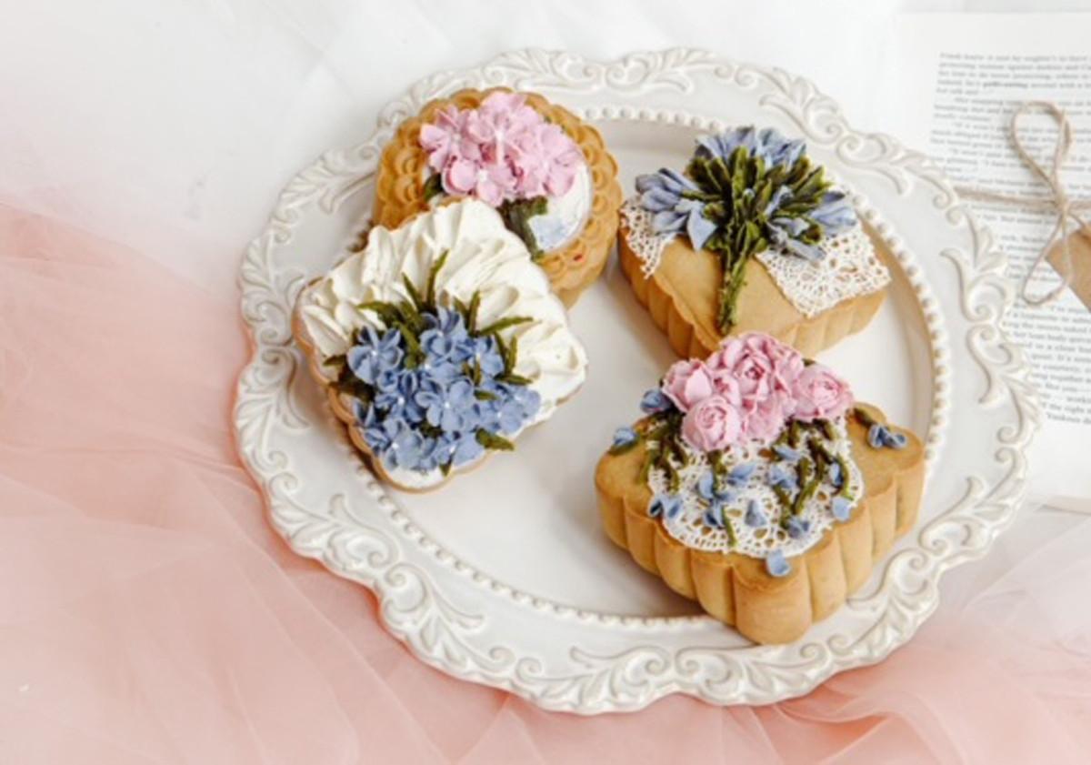 Phần trang trí hoa trên mặt bánh rất cầu kì và mất nhiều thời gian.