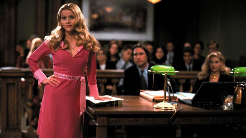 5. Thông qua những bộ cánh màu hồng, Legally Blonde đưa ra thông điệp rằng ngoại hình và sở thích không thể mặc định chúng ta là ai