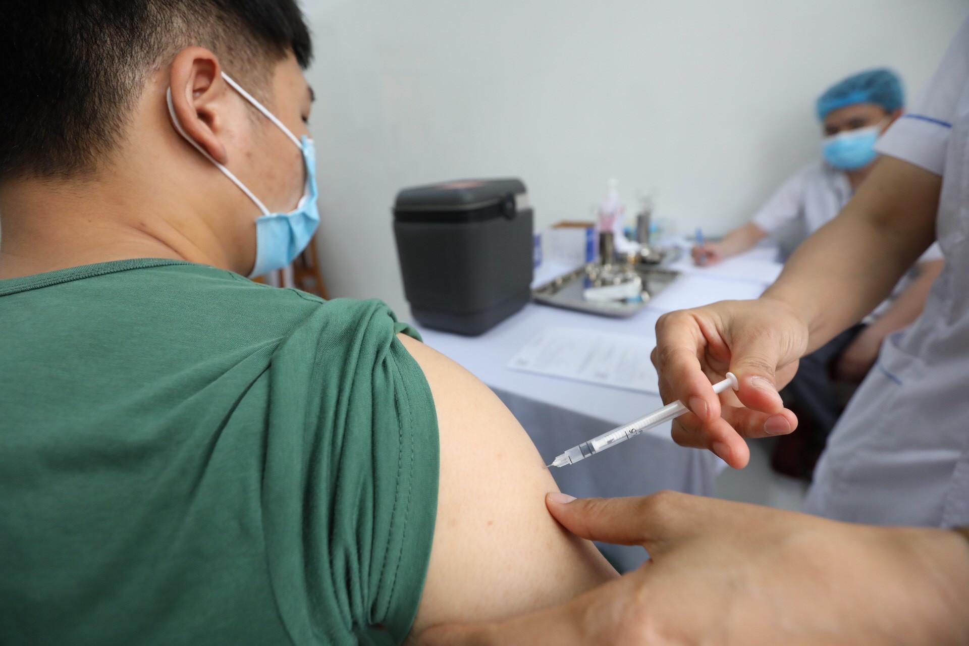 Trưa 19/9: Đã tiêm gần 34,2 triệu liều vaccine COVID-19; Khoảng 1.000 F0 ở TP HCM đang thở máy tại tầng điều trị 3 - Ảnh 1.