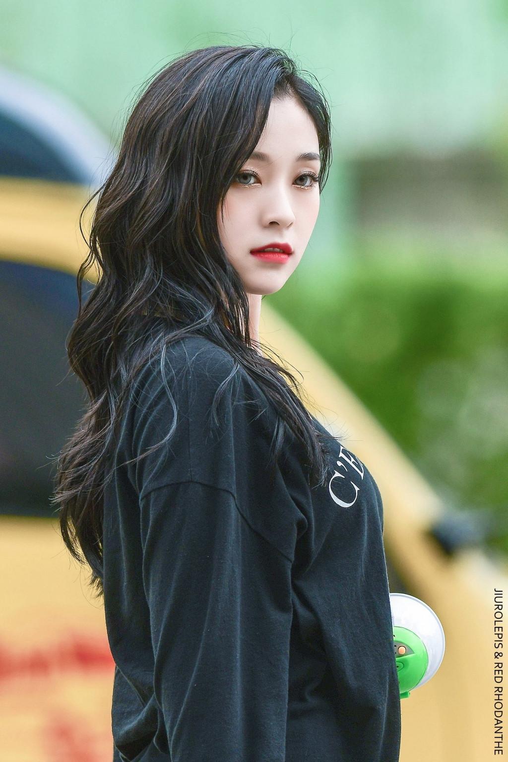 Thêm một ca sĩ K-pop bị dương tính Covid-19 khiến làng giải trí Hàn Quốc báo động?