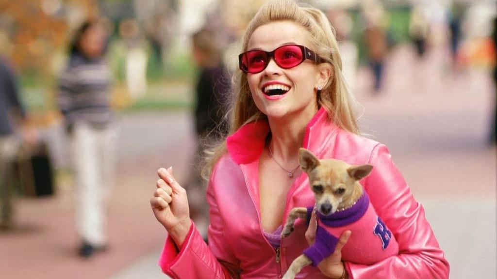3. Không chỉ cô mà cả chú chó cưng cũng nhuộm một màu hồng