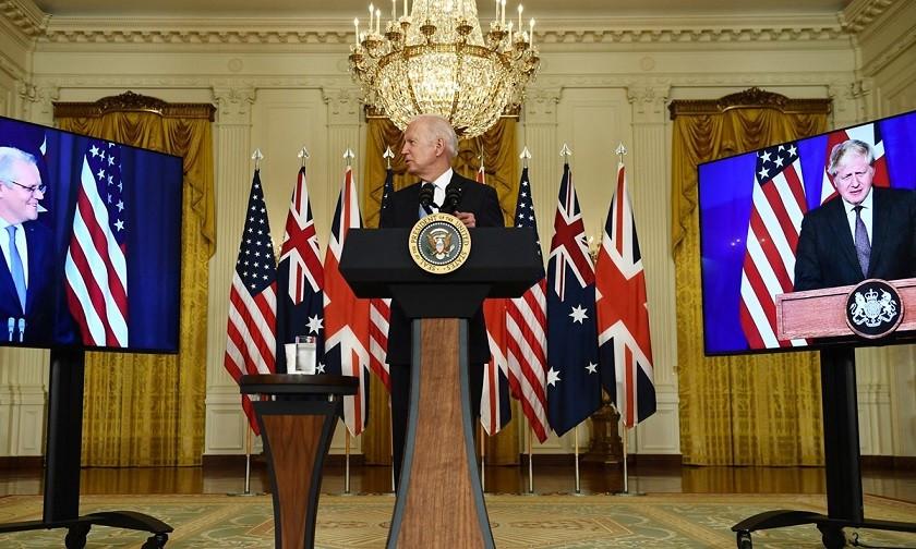 Tổng thống Mỹ Joe Biden tham gia cuộc họp trực tuyến về an ninh quốc gia tại Nhà Trắng ở Washington, DC, với Thủ tướng Anh Boris Johnson (phải) và Thủ tướng Australia Scott Morrison. Tại cuộc họp, ông Biden thông báo Mỹ và các đồng minh gồm Anh, Australia