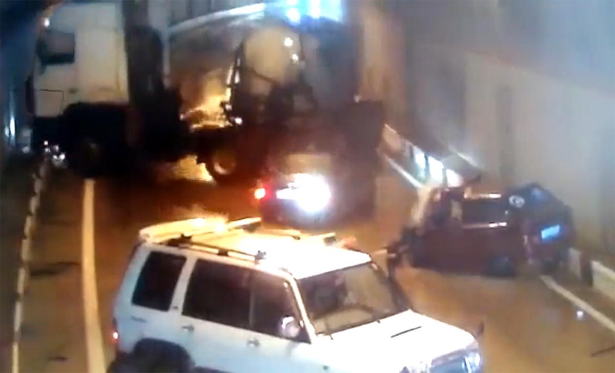 Hiện trường vụ tai nạn giao thông nghiêm trọng, 5 ô tô nằm ngổn ngang trong đường hầm