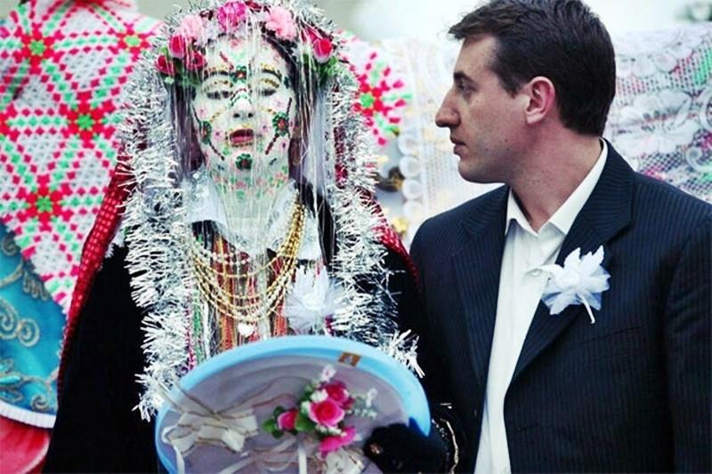 Tập tục hóa trang cô dâu trong ngày tân hôn kỳ lạ nhất thế giới - 6