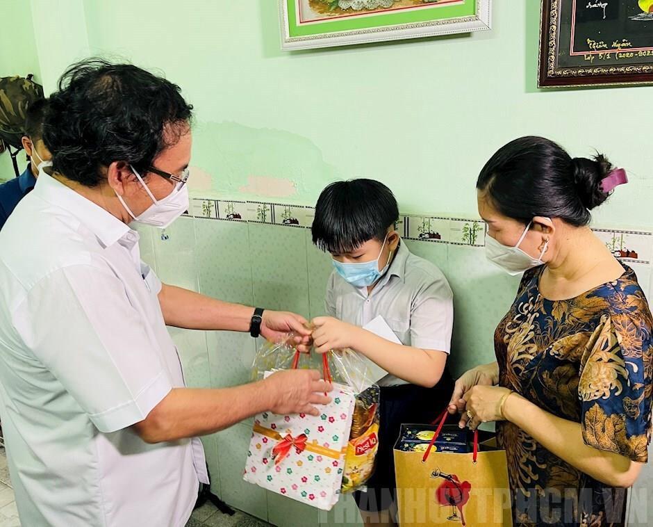 Bí thư Nguyễn Văn Nên tặng quà Trung thu cho trẻ mồ côi vì COVID-19 - 1