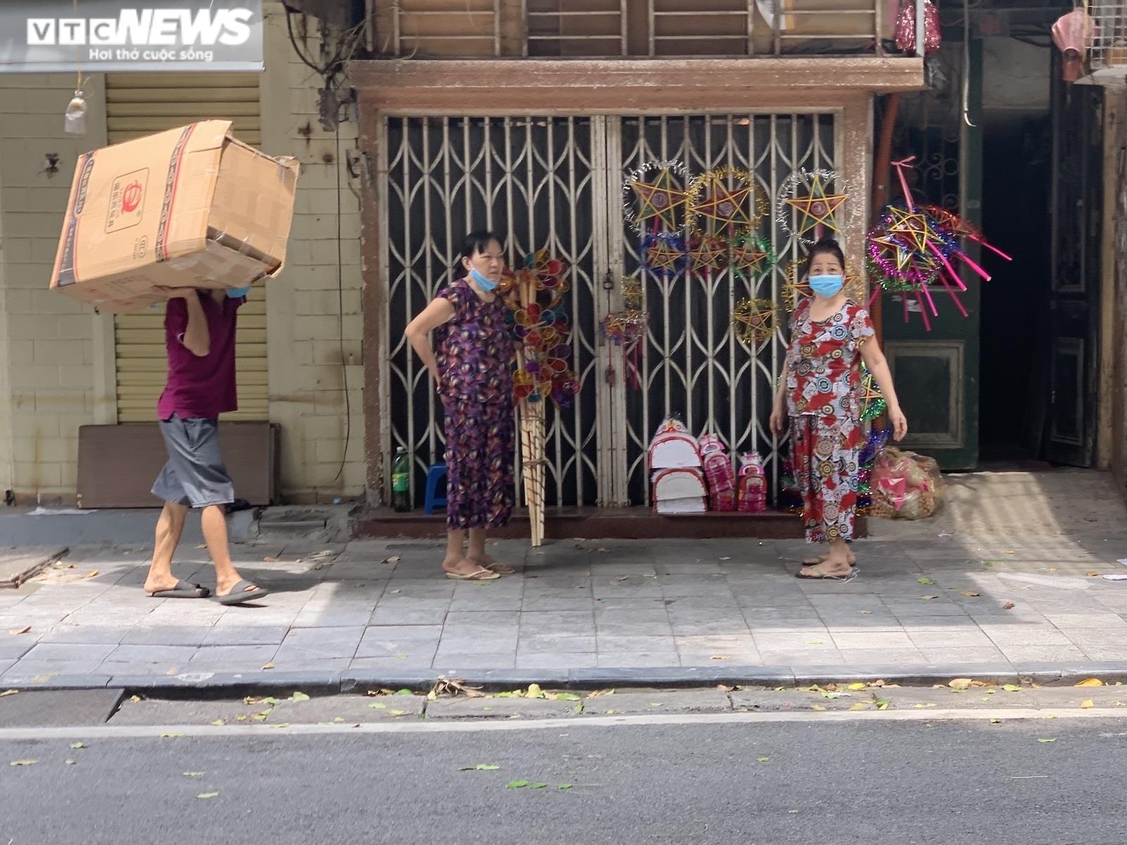 Cảnh bán đồ chơi trung thu lạ đời ở Hà Nội - 3