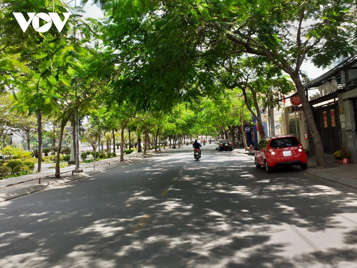 Đường phố TP.HCM vắng vẻ trong những ngày thực hiện giãn cách xã hội