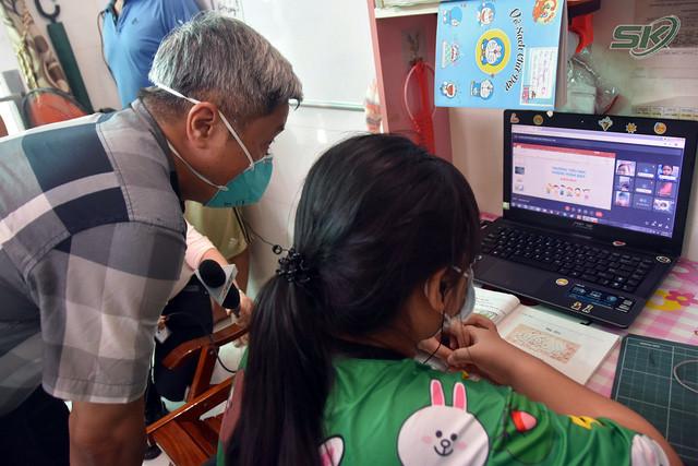 Thứ trưởng Bộ Y tế Nguyễn Trường Sơn thăm và tặng quà các em nhỏ có người thân mất do COVID-19 - Ảnh 2.