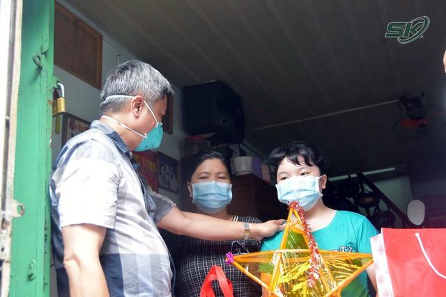 Thứ trưởng Bộ Y tế Nguyễn Trường Sơn thăm và tặng quà các em nhỏ có người thân mất do COVID-19 - Ảnh 3.