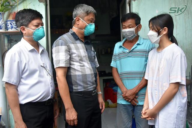 Thứ trưởng Bộ Y tế Nguyễn Trường Sơn thăm và tặng quà các em nhỏ có người thân mất do COVID-19 - Ảnh 1.