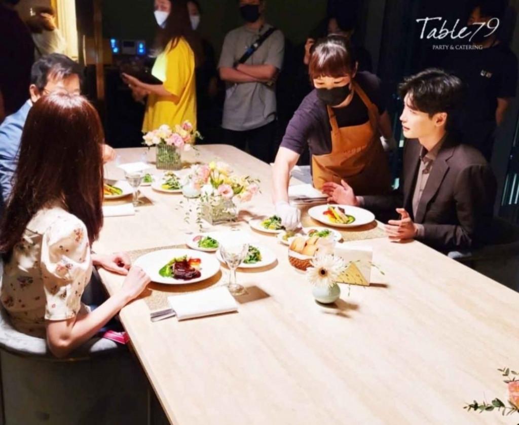 Ảnh cưới Lee Jong Suk   Yoona ở hậu trường phim mới, mờ nhưng đẹp đôi phát xỉu