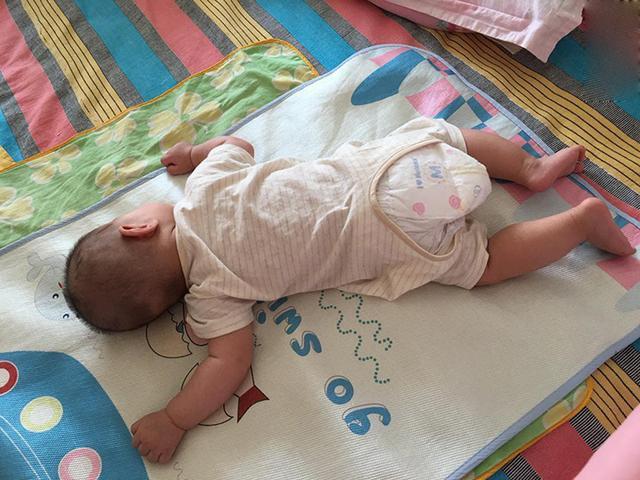 Tại sao trẻ sơ sinh thích nằm sấp khi ngủ? Có 4 lý do chính với những ưu và nhược điểm riêng cha mẹ nên biết-1