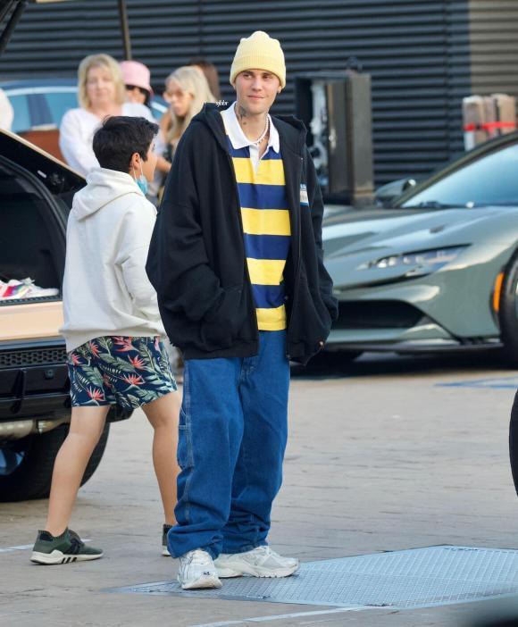Tưởng lấy vợ trưởng thành hơn, Justin Bieber vẫn mê quần tụt quá lố-1