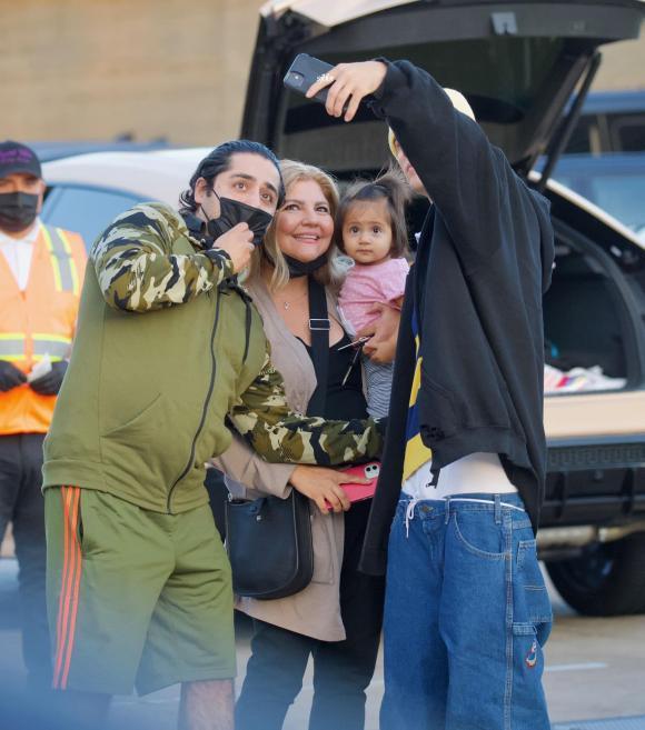 Tưởng lấy vợ trưởng thành hơn, Justin Bieber vẫn mê quần tụt quá lố-3