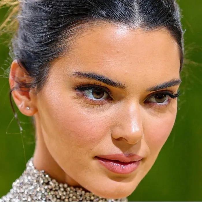 Sao Hollywood lộ da sần sùi khi makeup dày, Kendall Jenner gây bất ngờ-2